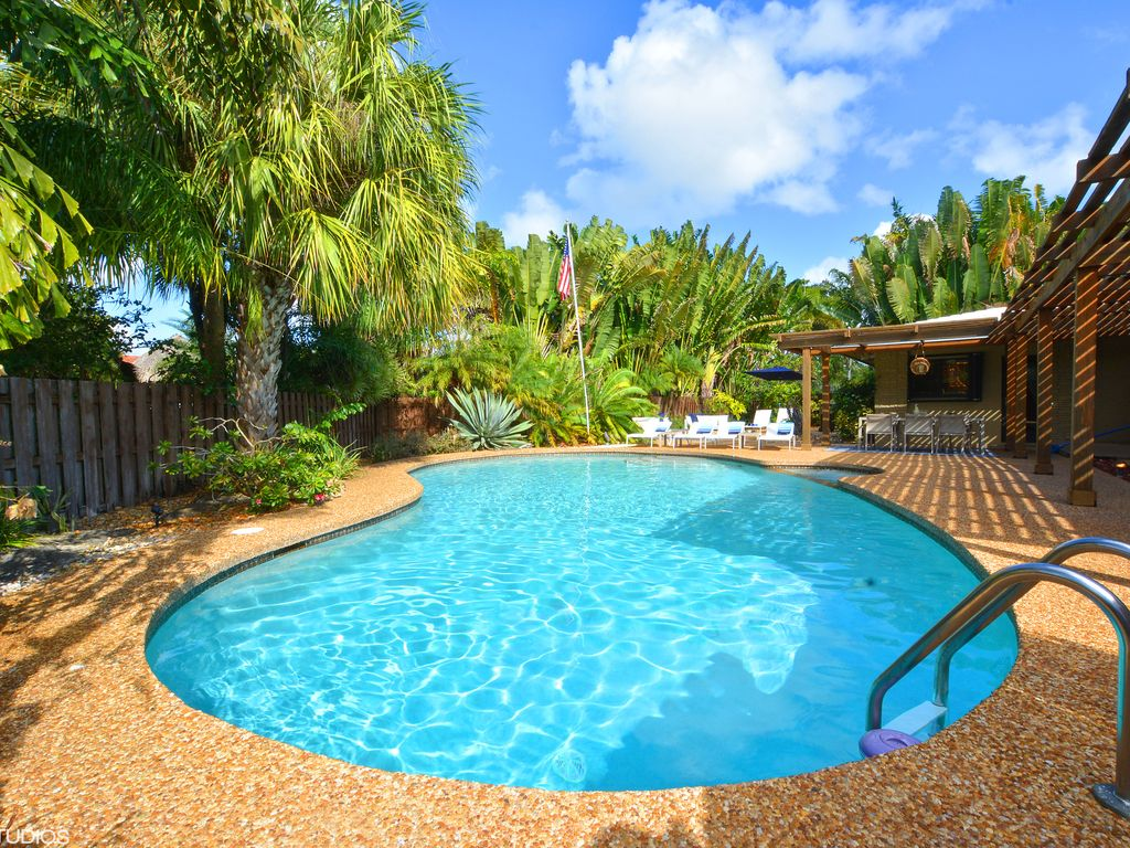 Luxury Home: Corner lot, enormous private pool, close to beach, very ...