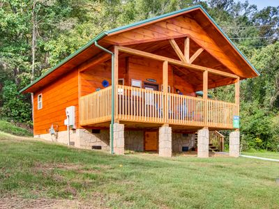 NEW log cabin with Big Screen TV, River Views, & 1 mile to Pigeon Forge!