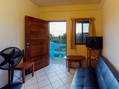 Cozy suite overlooking shared grill- excellent location, quickwalk to the beach!
