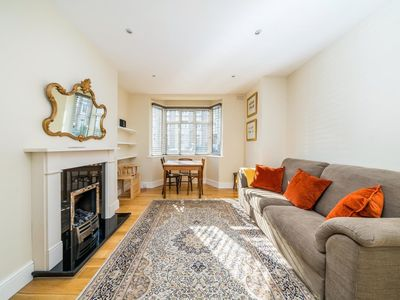 Photo for Lovely, Modern 2 Bed Flat in Central Twickenham