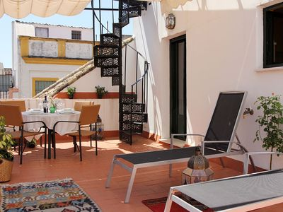 Large private terrace with garden furniture, plants and canopy - veoapartment