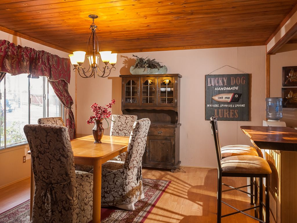 Beautiful 3 bedroom and 2 bathroom log cabin close to for 3 bedroom log cabin