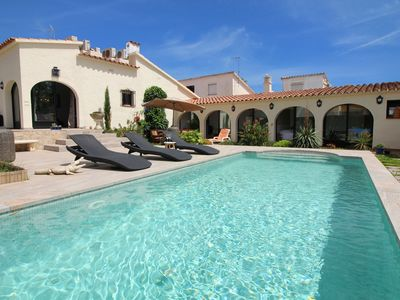 Photo for Villa in Empuriabrava with private pool, in a child-friendly neighborhood