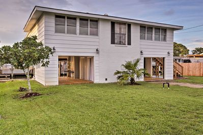 The charming vacation rental is close to fishing, boating, & a small beach.