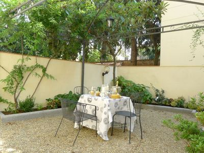 Photo for Pietro Garden apartment in Oltrarno with WiFi, air conditioning, private garden & lift.
