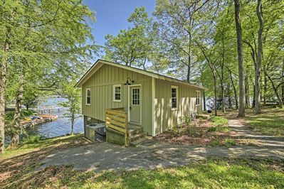 This 2-bedroom, 1-bathroom vacation rental cottage is perfect for nature lovers.