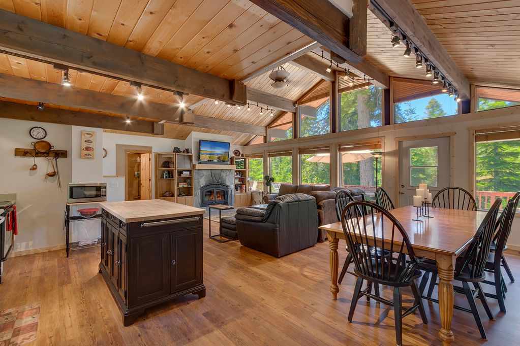 *Free Hi Speed WIFI*Walk to Tahoe City *Breathtaking Views W/ Hot  Tub*PoolTable - Comstock Acres