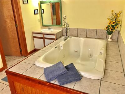 Country Cowboy Cabin, GIANT SPA TUB,