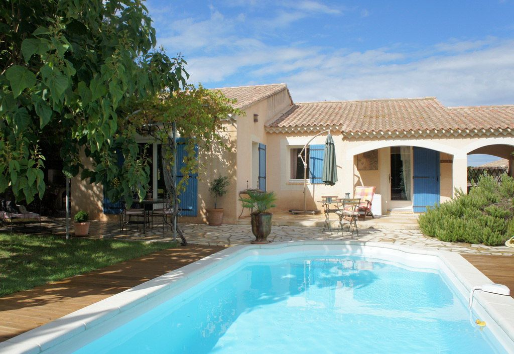 villa rental with pool near avignon south france
