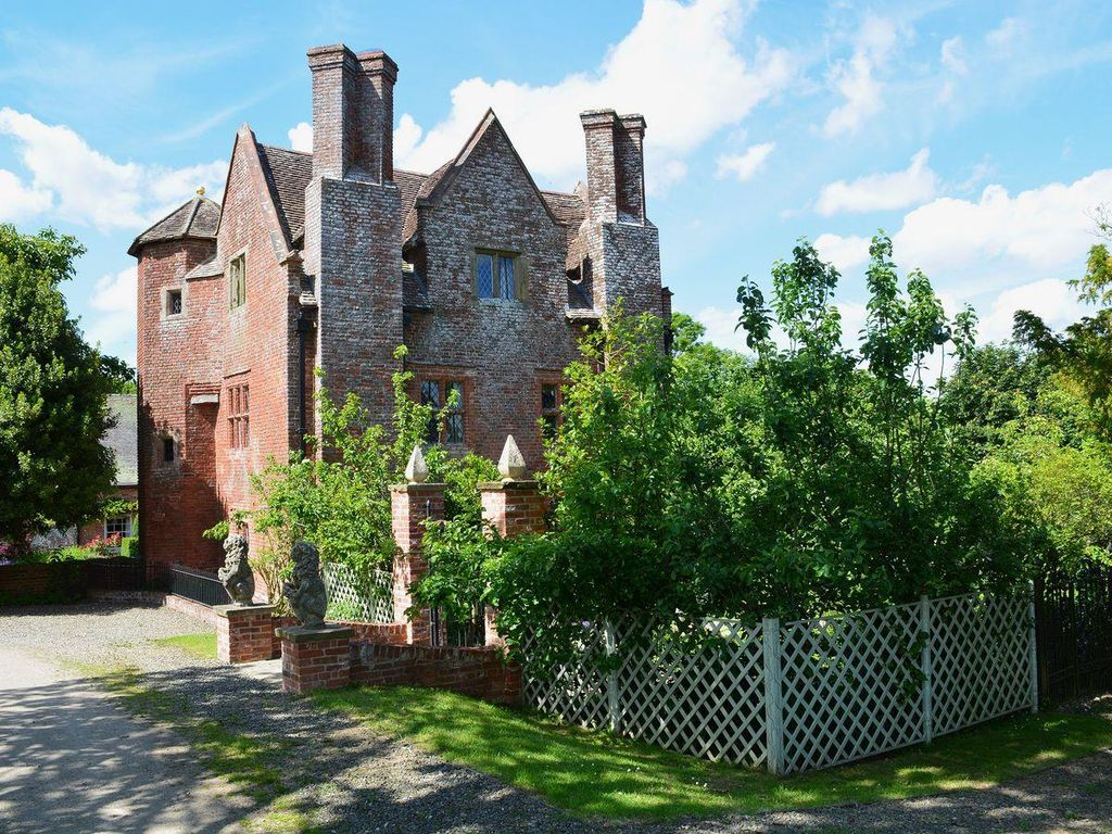 Eight bedroom main manor and a separate four bedroom gatehouse - Bridgnorth Cottage Rental Imposing Elizabethan Property In Rural Shropshire