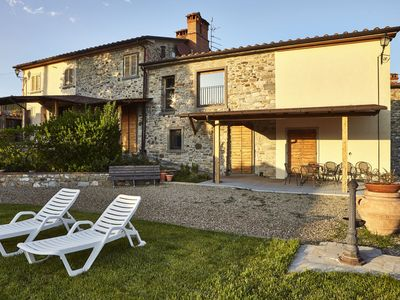 Photo for Lovely apartment with pool, WIFI, TV, pets allowed, panoramic view and parking, close to Arezzo