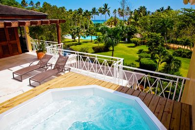 Votre jacuzzi Your Jacuzzi overlooking the garden, the swimming pool & the beach