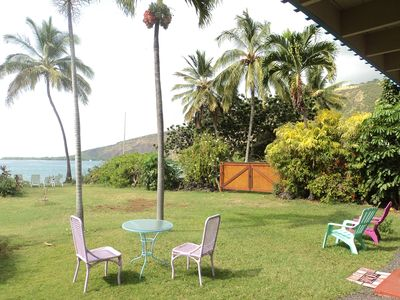 We are only 30 steps from the clear waters of Kealakekua Bay.