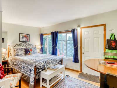 Dog-friendly studio cottage - close to HSU & the desirable Fickle Hill area!