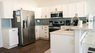 Stainless appliances w/plenty of counter and cabinet space
