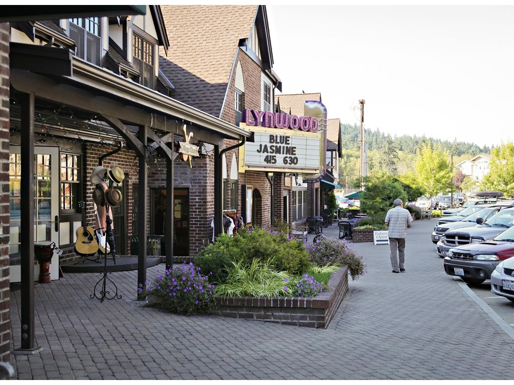 Bainbridge Island Cottage Al Enjoy A Movie Or Lunch At The Lynwood Center