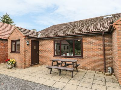 Photo for THE GRANARY, pet friendly, with a garden in York, Ref 904237