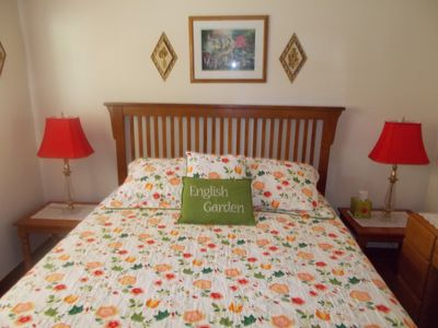 Queen Bed English Garden with Dresser, 2 Lamp Tables, Lamps Large Walk In Closet