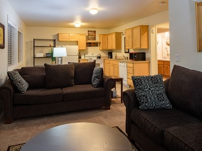 SW Portland Close in 2 bedroom unit on private forested lot. Close to OHSU