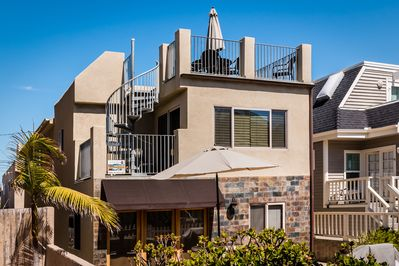 Large private roof deck, steps to the beach, beautiful ocean and sunset views