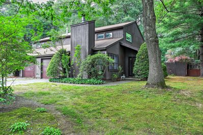 For those wanting to retreat into the trees but remain close to popular resort attractions, this Ballston Spa 2-bedroom, 1.5-bathroom vacation rental house is perfect for you!