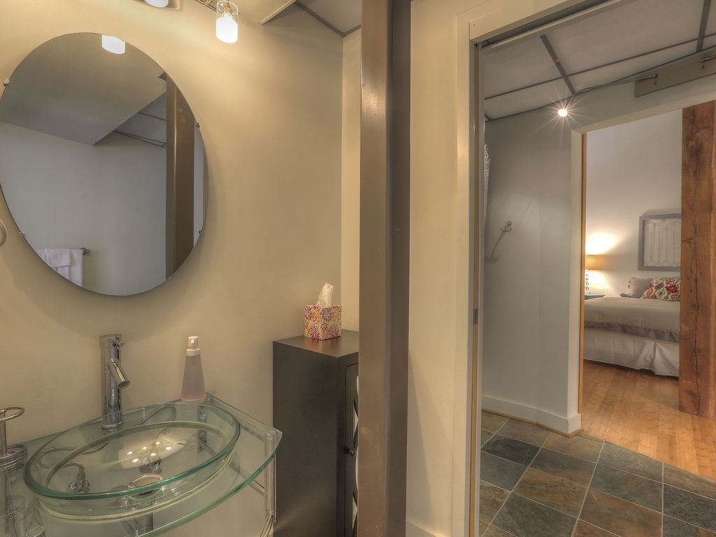 Reduced for Summer!! Heart of Downtown Nashville!! Walk to honky ...