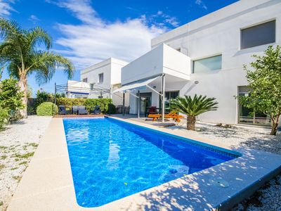Photo for Modern house with private pool near the sea