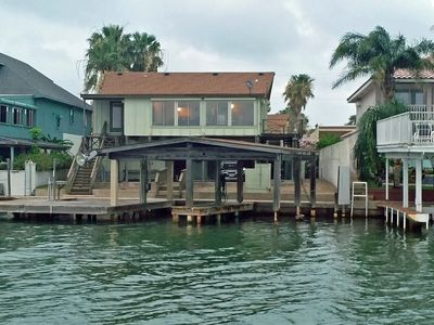 Comfortable bay front with boat slip & lighted fishing pier.  Relax and enjoy!