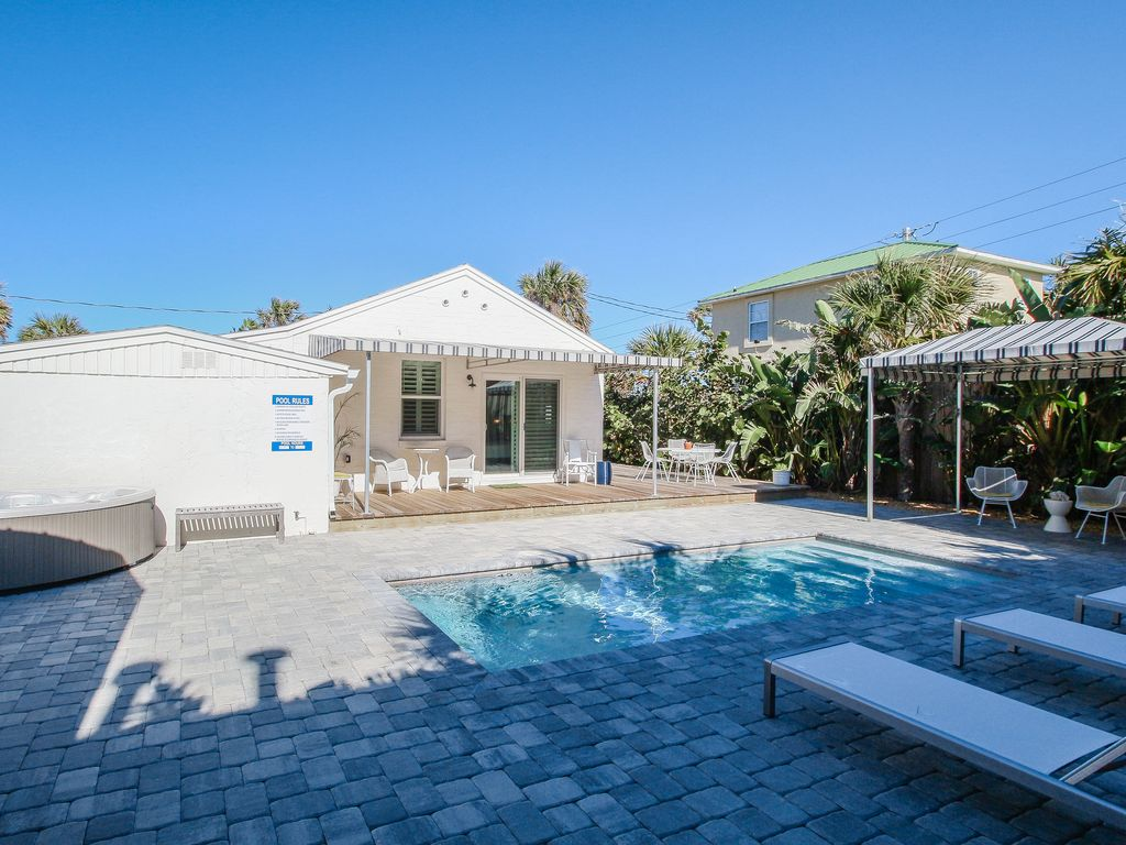 Bright 1940s beach cottage with a private pool and hot tub, 1 dog ok ...