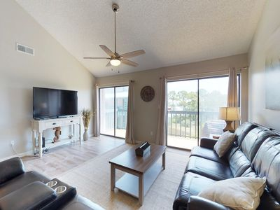Photo for Spacious condo with shared pool, boat slips, water-skiing, fishing, and boating
