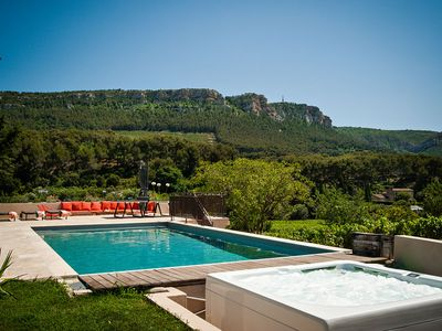 Photo for Villa surrounded by vineyards, swimming pool, jacuzzi, 6 bedrooms, 20 minutes from the center on foot