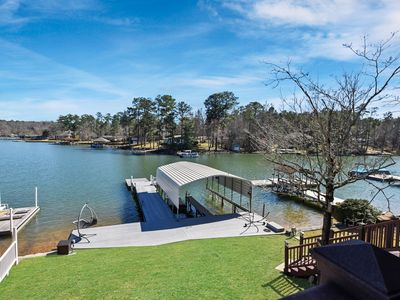 Your perfect 4 bed, 3 bath lake getaway with amazing views in a quiet cove!
