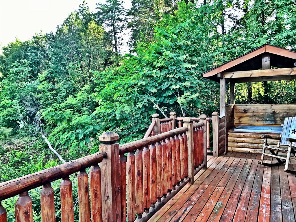 Secluded comfy cute smoky mountain cabin hot tub gsmnp for Secluded cabin rentals on lake tennessee