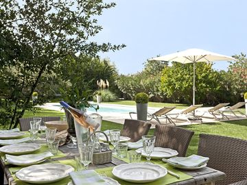 Saint Remy de Provence, Sleeps 10 - Country House with Private Garden and Pool