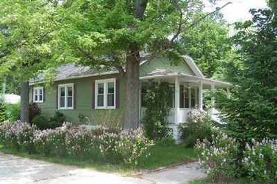 Idyllic 2 BR Bungalow for romance or small family vacation. 7 blocks from beach.