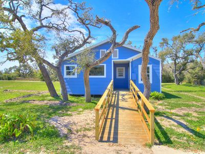 Photo for 3 bedroom 2 bath nestled in the oak trees right on Copano Bay! Private Pier!