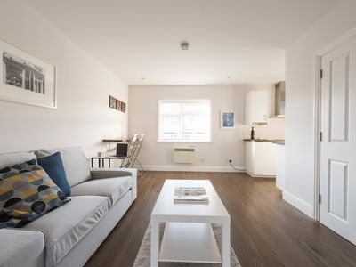 Photo for * NEW LISTING * Modern London Apartment (5mins to tube)
