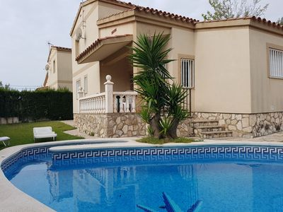 Photo for Villa with private pool, 9 people, free wifi, 1000 from the beach