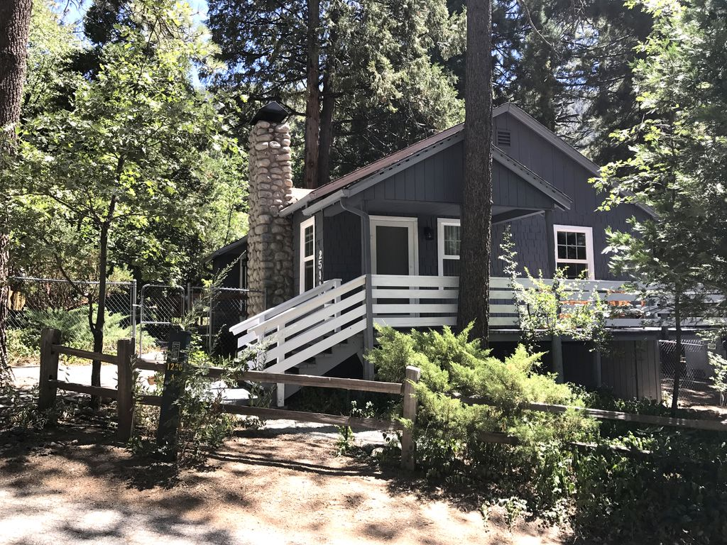Lilac cabin in fern valley is a single leve vrbo for Knotty pine cabins idyllwild
