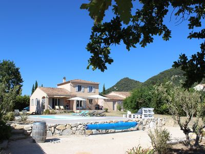 Photo for Comfortable villa with pool at the foot of the village of Séguret