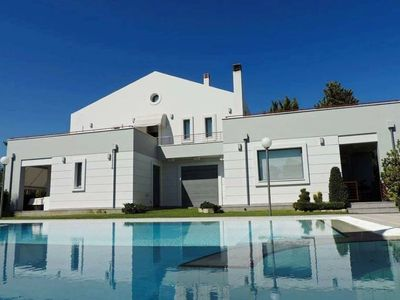 Photo for Luxury 3 bedroom House with Swimming Pool Garden and bbq