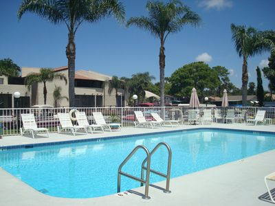 Swimming pool, jacuzzi and picnic area