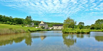 Les Bergonnerettes lakeside views in beautiful countryside with swimming pool