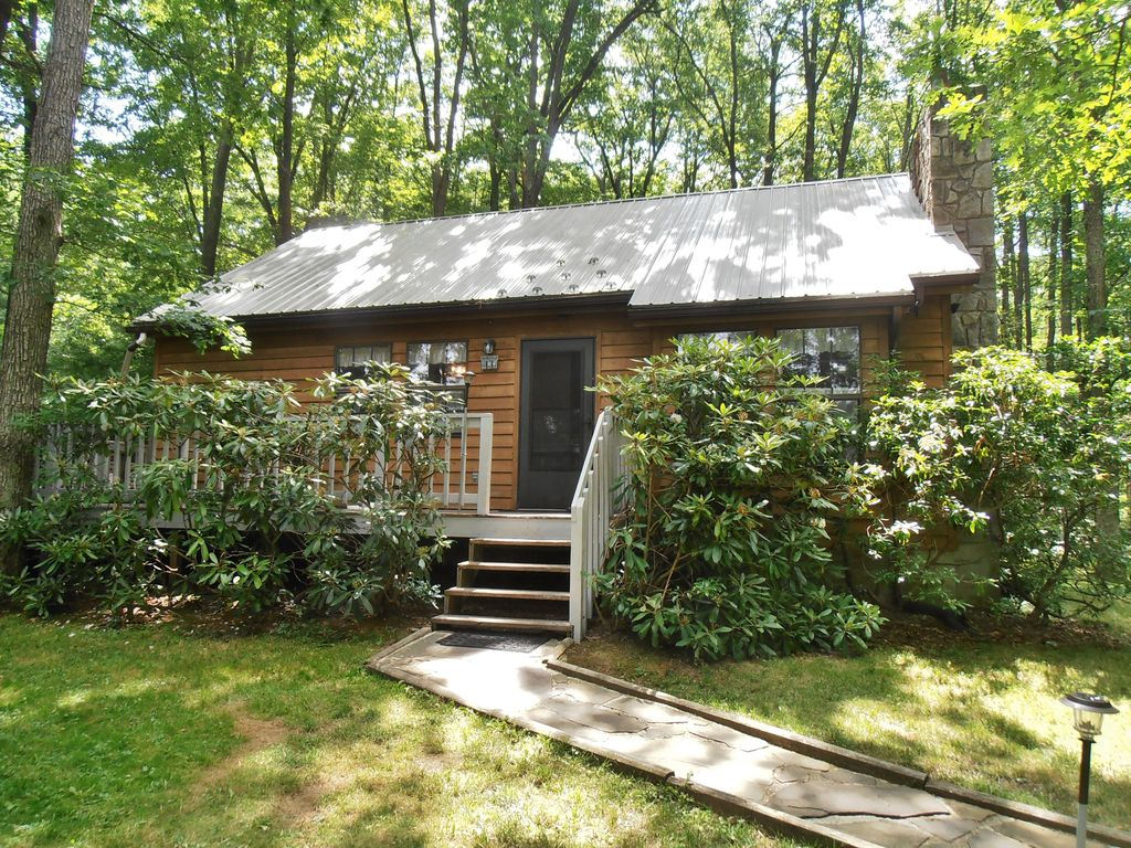 three bedroom cabin on wooded lot near lake secluded