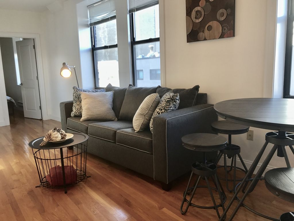 Live right in downtown-2bed2bath Fabulous Space