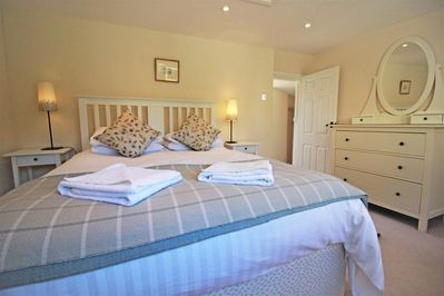 Spacious double room with kingsize bed