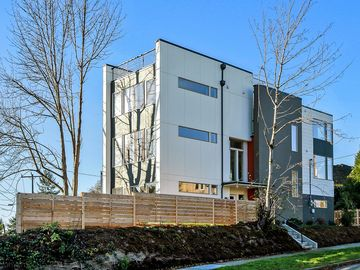Jan + Feb SALE! Chic, comfy modern retreat w/ rooftop deck near Lake Washington
