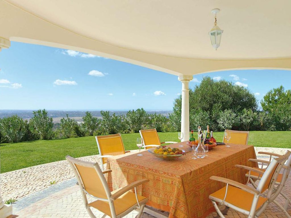 luxurious 500sqm villa with 4 rooms near albufeira with panoramic