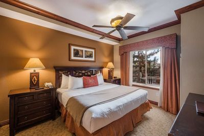 Master Bedroom w King Bed, Cable HDTV, Oversized Jetted Soaking Tub