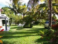 Very close to the beach, shops and amenities and a very gracious host. Highly recommended.